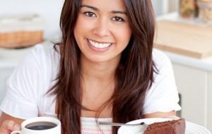 Açúcar faz bem para o organismo, mas na dose certa. Se o café vier acompanhado de uma apetitosa fatia de bolo, prefira ingerir a bebida pura, sem açúcar ou adoçante / GB Imagem