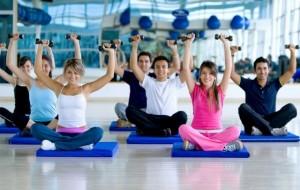 Alguns exercícios do Pilates podem ser combinados com o uso dos tradicionais pesos, mas sem deixar de lado as técnicas de respiração do método / GB Imagem
